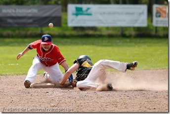 Jérôme SANA (25)  des Namur Angels (droite) slide en 2ème base alors que le joueur des Braves n'a pas le controle de la balle.