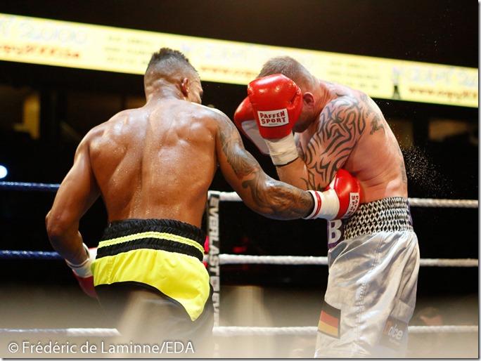 combat entre Ryad Merhy (short noir) et Blasche lors du Gala de Boxe qui s'est déroulé à Charleroi (Spriroudome) le 14/03 /2015.